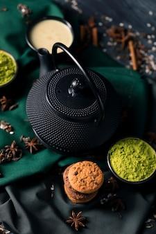 Tetera de alto ángulo y té verde matcha