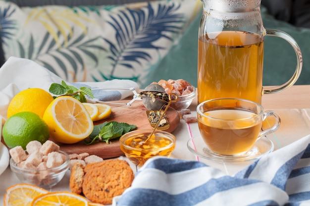 Tetera china té limón jengibre miel sobre mantel ligero. ceremonia del té