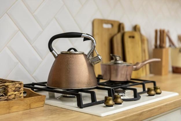 Tetera en el diseño de interiores de cocina de estufa