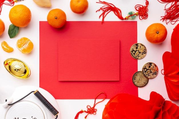 Tetera y mandarinas con maqueta de tarjeta de año nuevo chino