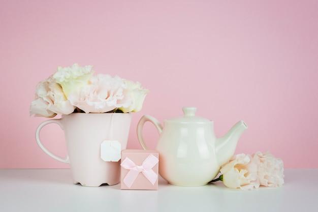 Tetera de porcelana con regalo