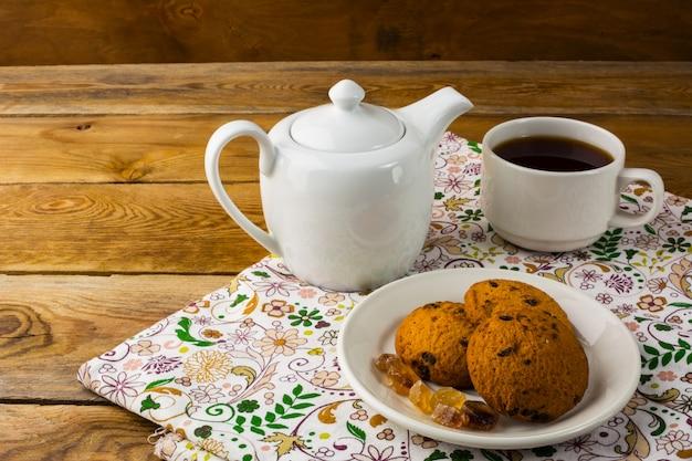 Tetera y taza de té, copia espacio