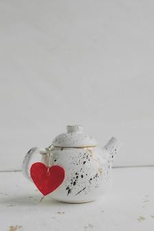 Tetera, té, corazón, concepto de día de san valentín
