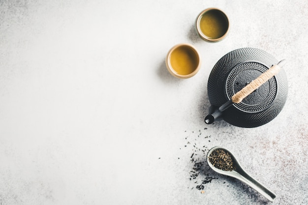 Tetera con té en mesa brillante