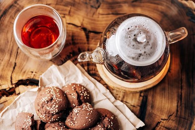 Tetera con té negro y galletas de chocolate caseras