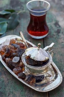Tetera turca y azúcar
