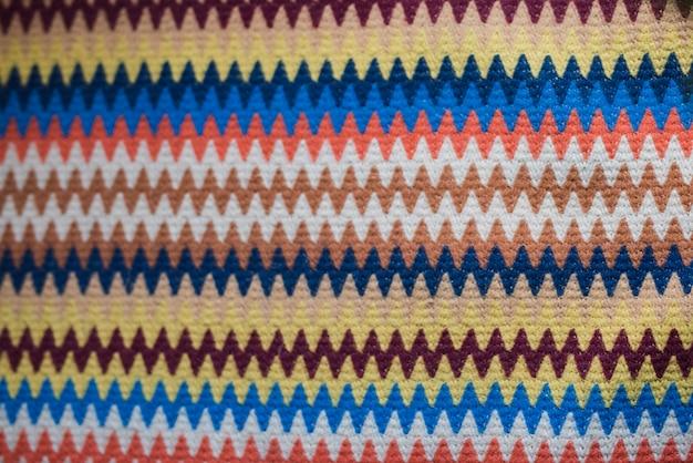 Textil brillante con patrón abstracto.