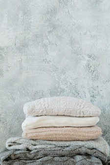 Textiles para el hogar hechos a mano. manta de punto cálido y acogedor y pila de almohadas.