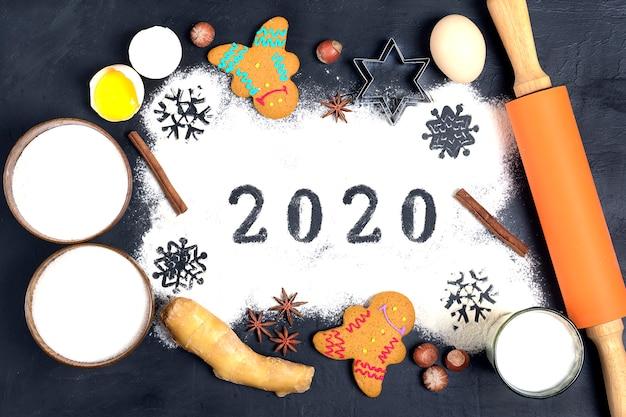 Texto 2020 hecho con harina con decoraciones en negro. endecha plana.