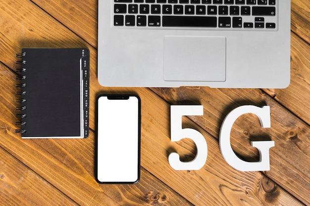 Texto 5g y gadgets en mesa.