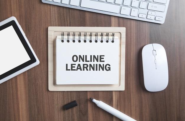 Texto de aprendizaje en línea en el bloc de notas en el escritorio lugar de trabajo empresarial educación