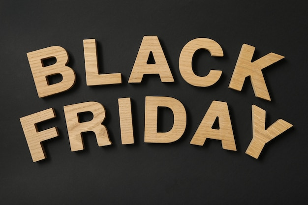 Texto black friday hecho de letras de madera sobre negro