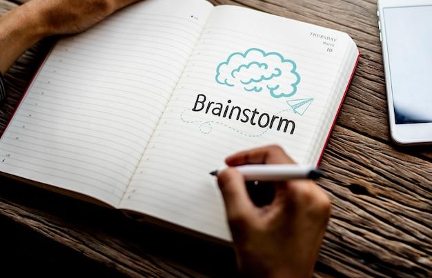 Texto brainstrom en un cuaderno