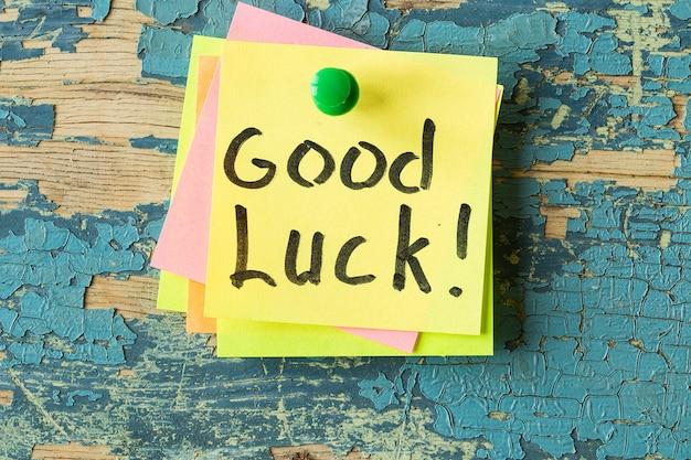 Texto de buena suerte escrito en una nota adhesiva