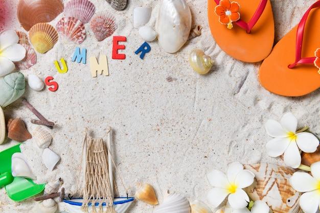 Texto colorido de verano con sandalia oraneg, conchas de mar