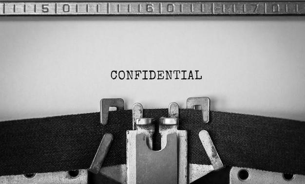 Texto confidencial escrito en máquina de escribir retro