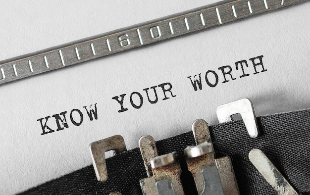 Texto conozca su valor escrito en máquina de escribir retro