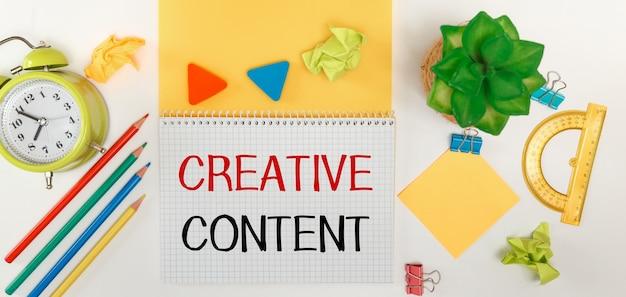Texto contenido creativo citas inspiradoras en portátiles y suministros de oficina