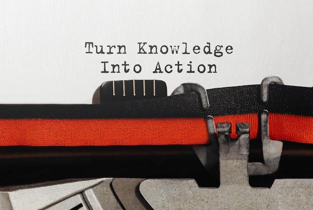 Texto convertir el conocimiento en acción escrito en máquina de escribir retro