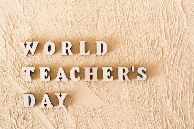 Texto del día mundial de los docentes hecho con letras de madera