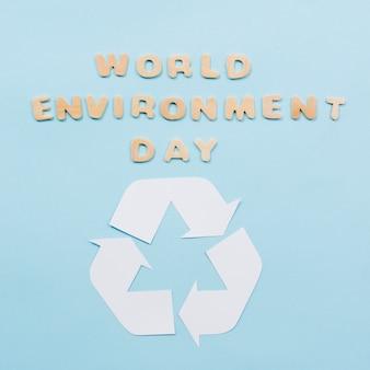Texto día mundial del medio ambiente y el símbolo de reciclaje sobre fondo azul