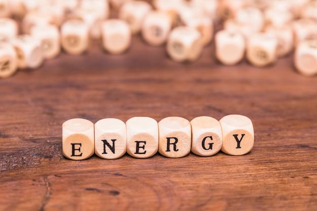 Texto de energía escrito cubos sobre escritorio