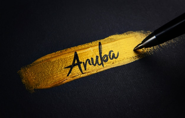 Texto de escritura a mano de aruba sobre el pincel de pintura dorada
