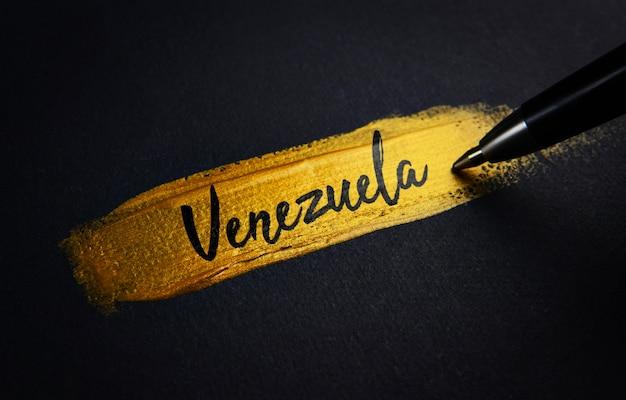 Texto de escritura a mano de venezuela sobre el pincel de pintura dorada