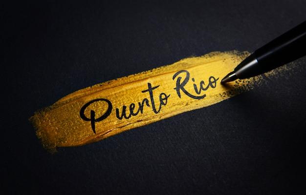 Texto de escritura de puerto rico sobre pincelada dorada