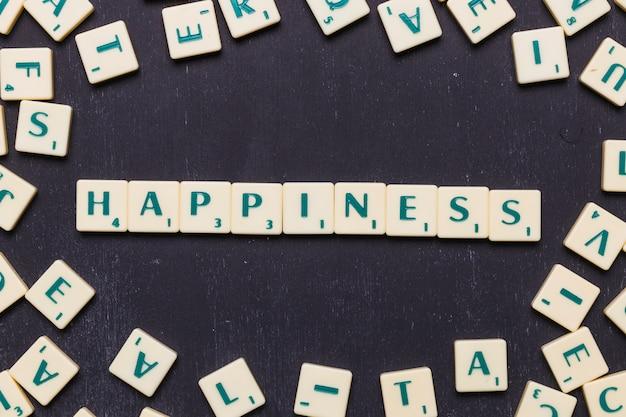 Texto de felicidad hecho de letras de juego de scrabble