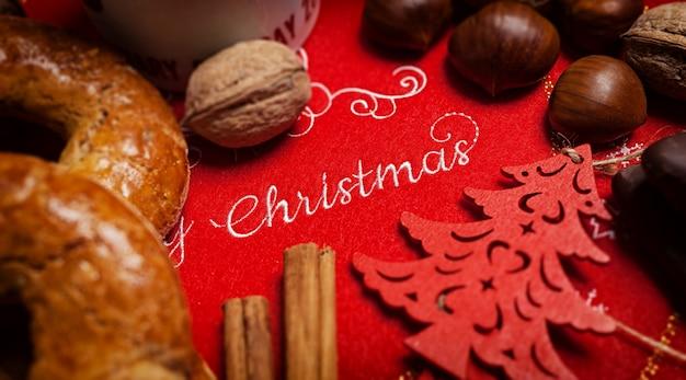 Texto de feliz navidad sobre un mantel con comida navideña