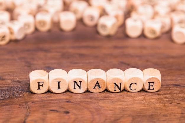 Texto de finanzas en dados de madera