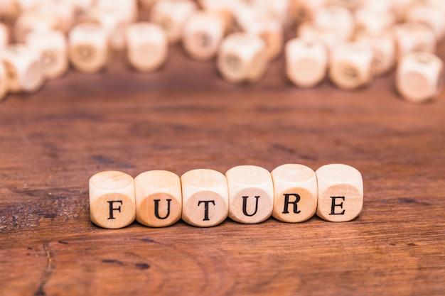 Texto futuro con dados de madera en el escritorio