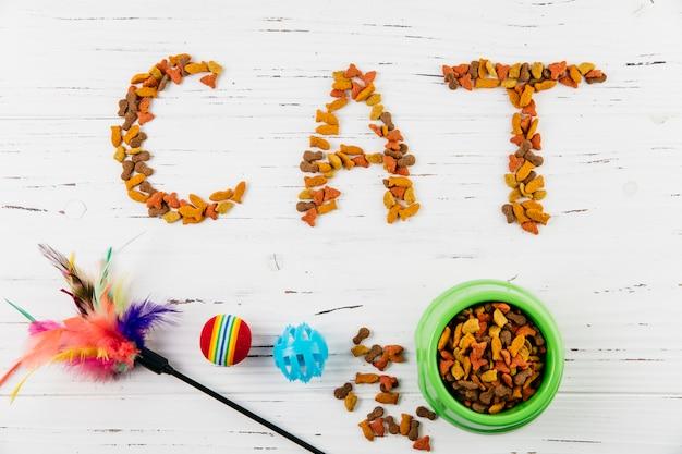 Texto gato de comida para mascotas en superficie de madera blanca