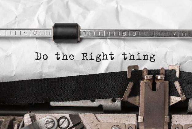 Texto hacer lo correcto escrito en máquina de escribir retro