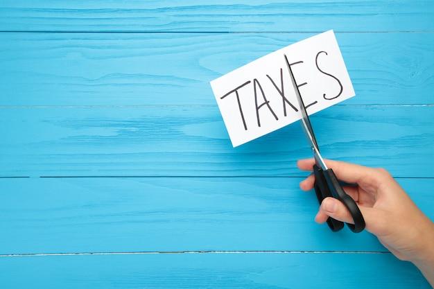 Texto de impuestos y tijeras