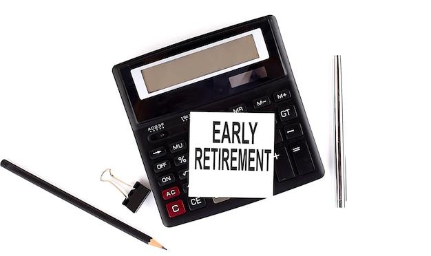 Texto de jubilación anticipada en la etiqueta de la calculadora con lápiz, lápiz sobre el fondo blanco.