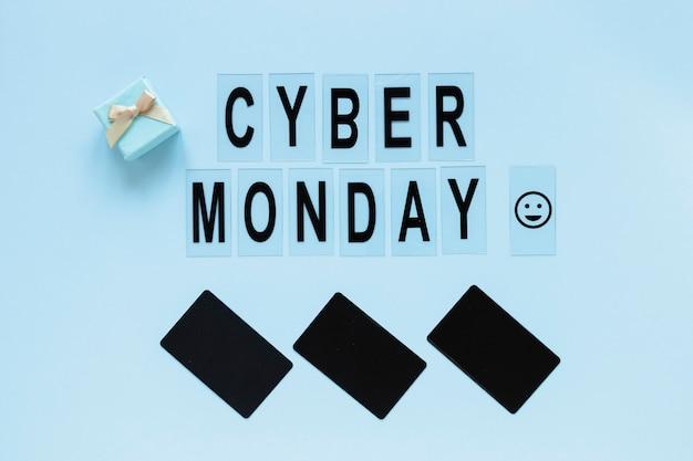 Texto del lunes cibernético con etiquetas en blanco