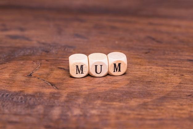 Texto de mamá en mesa de madera
