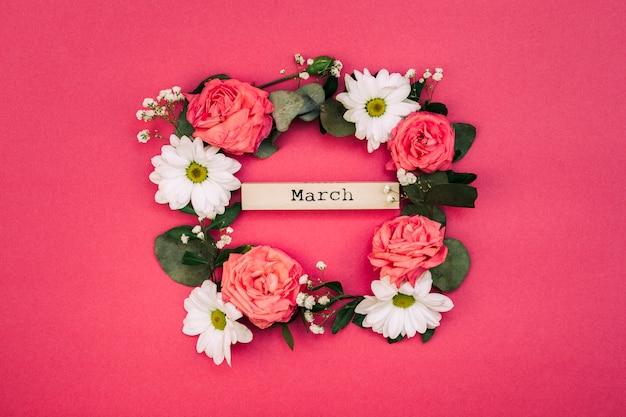 Texto de marzo dentro de flores blancas y hoja decorada sobre fondo rojo