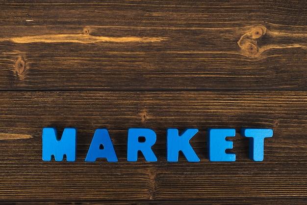 Texto de mercado en mesa de madera