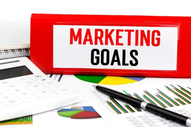 Texto metas de marketing en carpeta roja. concepto de negocio.