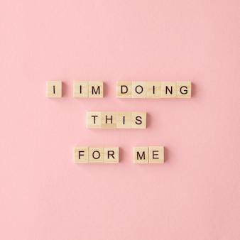 Texto motivacional sobre fondo rosa