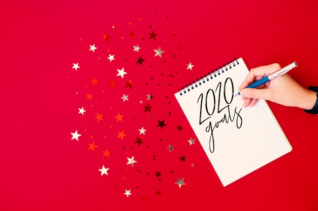Texto de objetivos de año nuevo 2020 en el bloc de notas