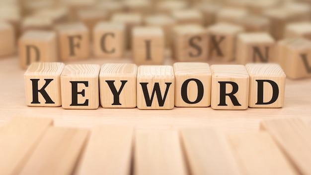 Texto palabra clave en bloques de madera. concepto de negocio.