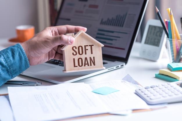 Texto de préstamo blando con modelo de casa, seguro de propiedad, bienes raíces comerciales