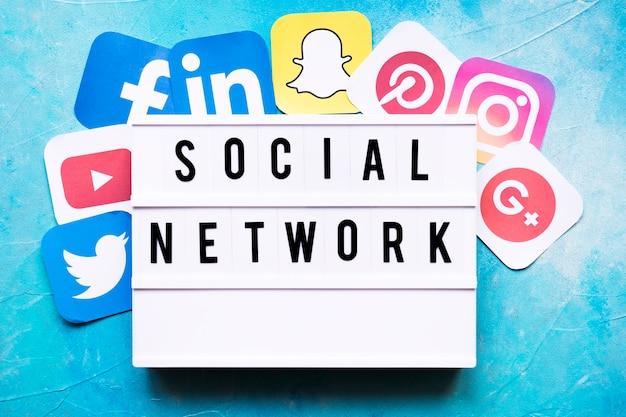 Texto de la red social con iconos de aplicaciones de red en la pared pintada