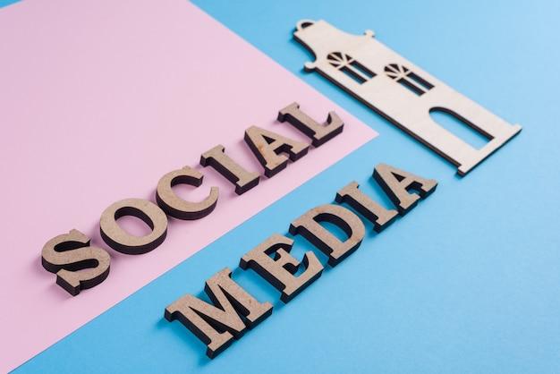 Texto de las redes sociales letras de madera abstractas personas conectadas compartiendo redes sociales.
