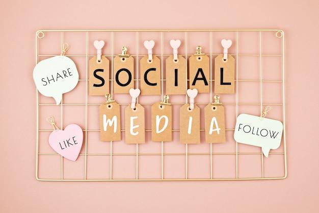 Texto de redes sociales en el tablero de malla de color dorado