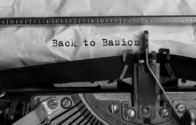 Texto de regreso a lo básico escrito en máquina de escribir retro